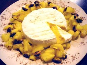 camembert, peras y pistachos